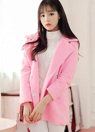 粉红色大衣搭配 凸显甜美女神气质