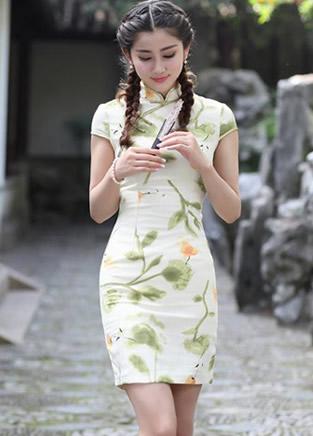 这样的旗袍打扮很美很温馨