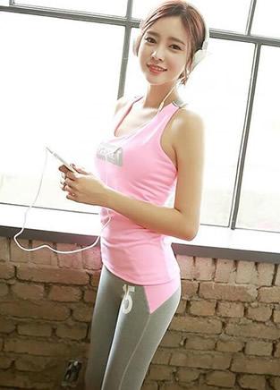 健身运动女孩休闲着装 来首音乐让身体放松