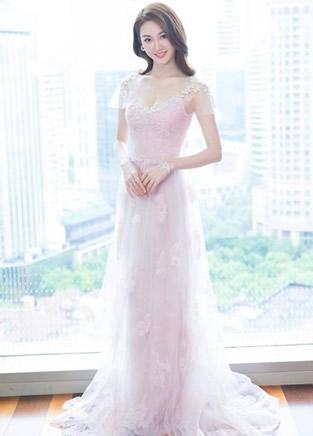 《芳华》女主角苗苗连衣裙造型,太仙女了!