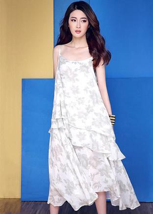 今夏流行的几款印花连衣裙 性感又甜美范