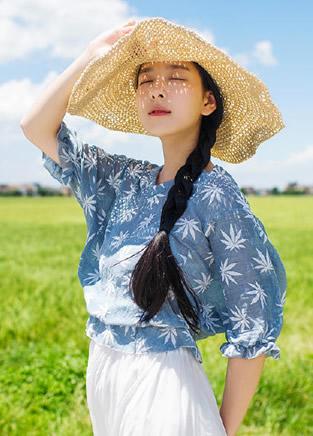 女孩穿上印花衬衫这个夏天才算完美