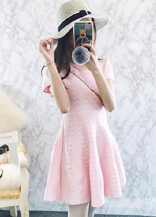 柔美又可爱的优雅粉色连衣裙