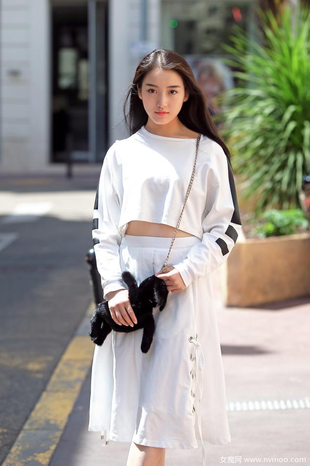 姜贞羽戛纳玩转街拍 元气少女白裙露脐装