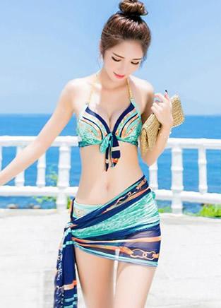 沙滩妹子必穿的性感比基尼泳衣 撩汉秀美两不误