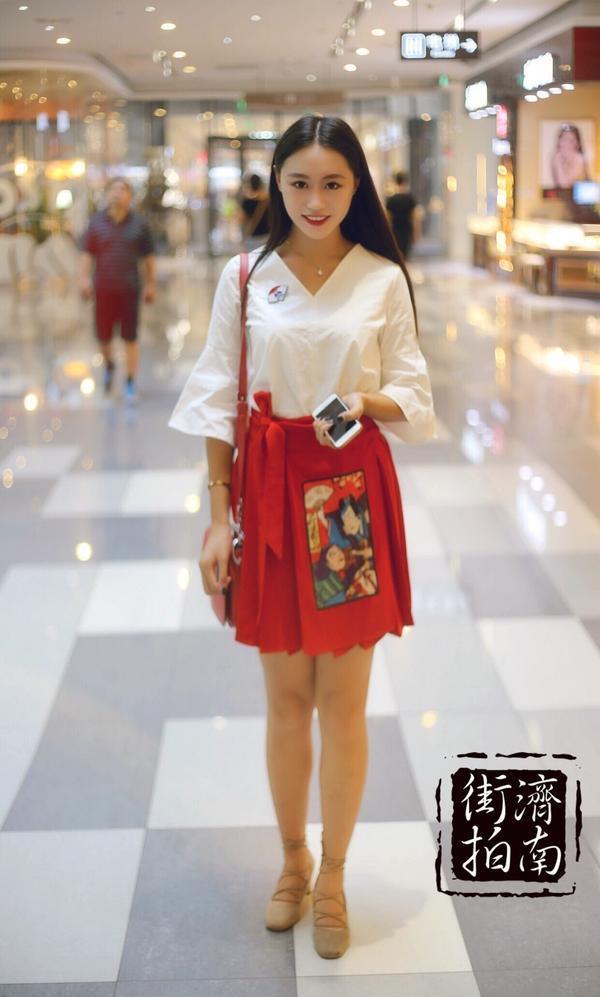 街拍济南美女心机装:短裙凸显大长腿
