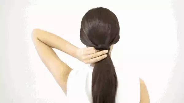 Step 4:反复多绑几次后,再拿一个黑夹子夹住,防止头发滑落