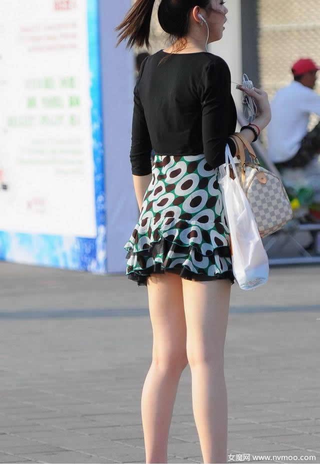 街拍极品短裙少妇 穿着时尚打扮靓丽