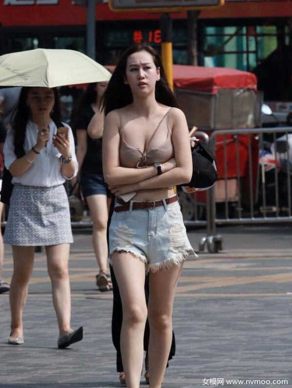 街拍80后美女们,衣品超赞波峰起伏