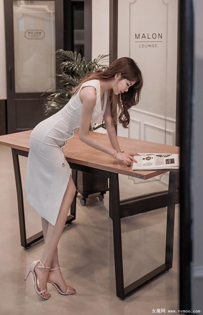 小鸟依人美女白色连衣裙穿着写真