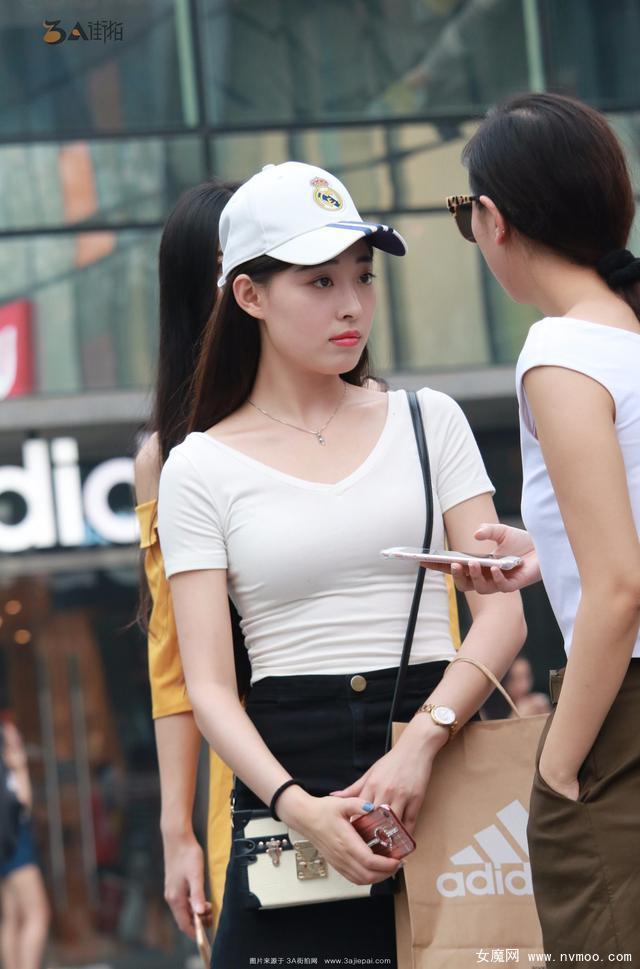 街拍黑白配短裙皮肤白皙美女