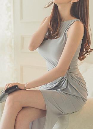 极品气质美女纯色连衣裙时尚穿着