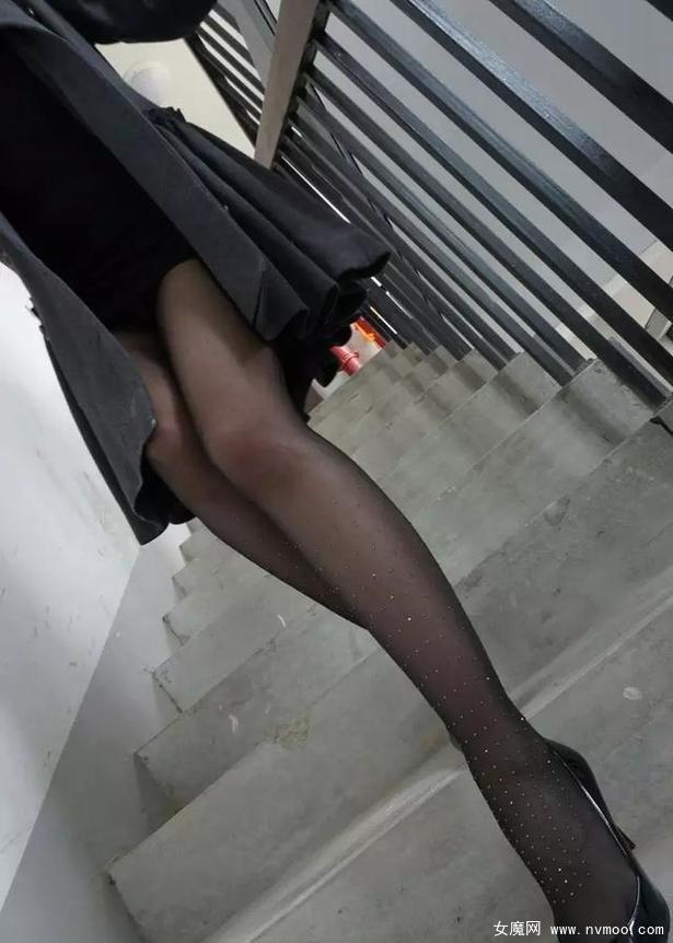 丝袜赋予了腿一种朦胧的美