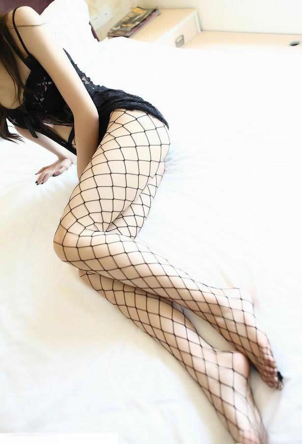 穿着内衣和丝袜躺在床上老公对后者比较感兴趣